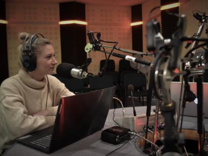 kobieta w słuchawkach przy mikrofonie