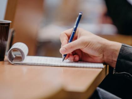 długopis w dłoni i notatnik
