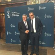 Prof. Piotr Stepnowski gratuluje dr. Thomasowi Bachowi, fot. Archiwum UG