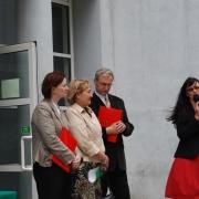 Przed wejściem do budynku przy ul. Krzywoustego: Dyrektor IP prof. UG, dr hab. Maria Mendel wita zgromadzonych gości na uroczystości pożegnania dotychczasowego obiektu