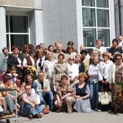 Zbiorowe zdjęcie pracowników Instytutu Pedagogiki przed budynkiem przy ul. Krzywoustego 19.
