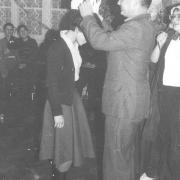 Otrzęsiny w Instytucie Pedagogiki – dyrektor IP, doc. dr hab. Lech Mokrzecki dokonuje symbolicznej koronacji studentów (8.XI.1980)