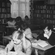 Studenci w czytelni Instytutu Pedagogiki
