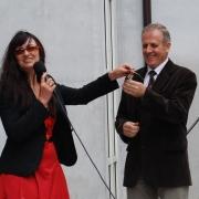 Dyrektor Instytutu prof. UG dr hab. Maria Mendel symbolicznie przekazuje swemu następcy, prof. UG dr. hab. Romualdowi Grzybowskiemu, klucze do nowego obiektu przy ul. Bażyńskiego 4 (11.VI.2008)