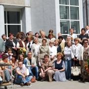 Pracownicy Instytutu Pedagogiki przed budynkiem przy ul. Krzywoustego (11.VI.2008)