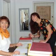 Przed przeprowadzką w sekretariacie Instytutu Pedagogiki (od lewej: Pani Janina Butrymowicz i Dyrektor IP prof. UG, dr hab. Maria Mendel) (VI.2008)