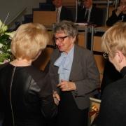 Życzenia i pamiątkowy upominek od Społeczności Instytutu Pedagogiki odbiera prof. dr hab. Joanna Rutkowiak