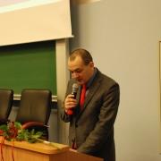W imieniu uczniów prof. dr hab. Joanny Rutkowiak przemawia dr Piotr Zamojski